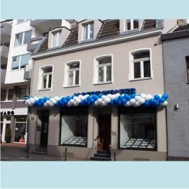 Haus mit Blau-Weißer Ballongirlande
