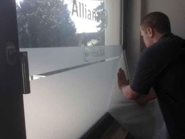 Glasdekorfolie mit Allianzlogo und Streifen