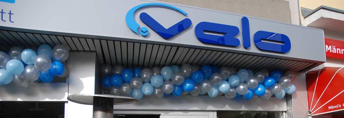 Geschäftseröffnung mit Einzelbuchstaben und Ballongirlande