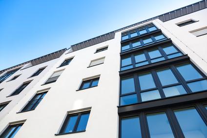 Gebaeude mit Fenstern und Sonnenschutzfolie